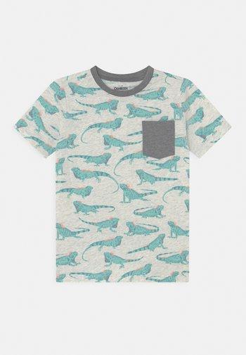 Iguana Pocket Tee - Print T-shirt - light mottled grey/mint
