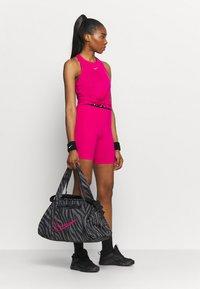 Nike Performance - GYM CLUB - Sportovní taška - black/fireberry - 0