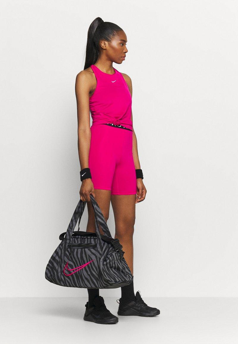 Nike Performance - GYM CLUB - Sportovní taška - black/fireberry