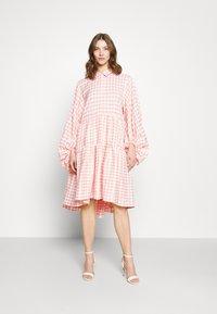 Missguided - CHECK BALLOON SLEEVE SMOCK DRESS - Skjortekjole - pink - 0