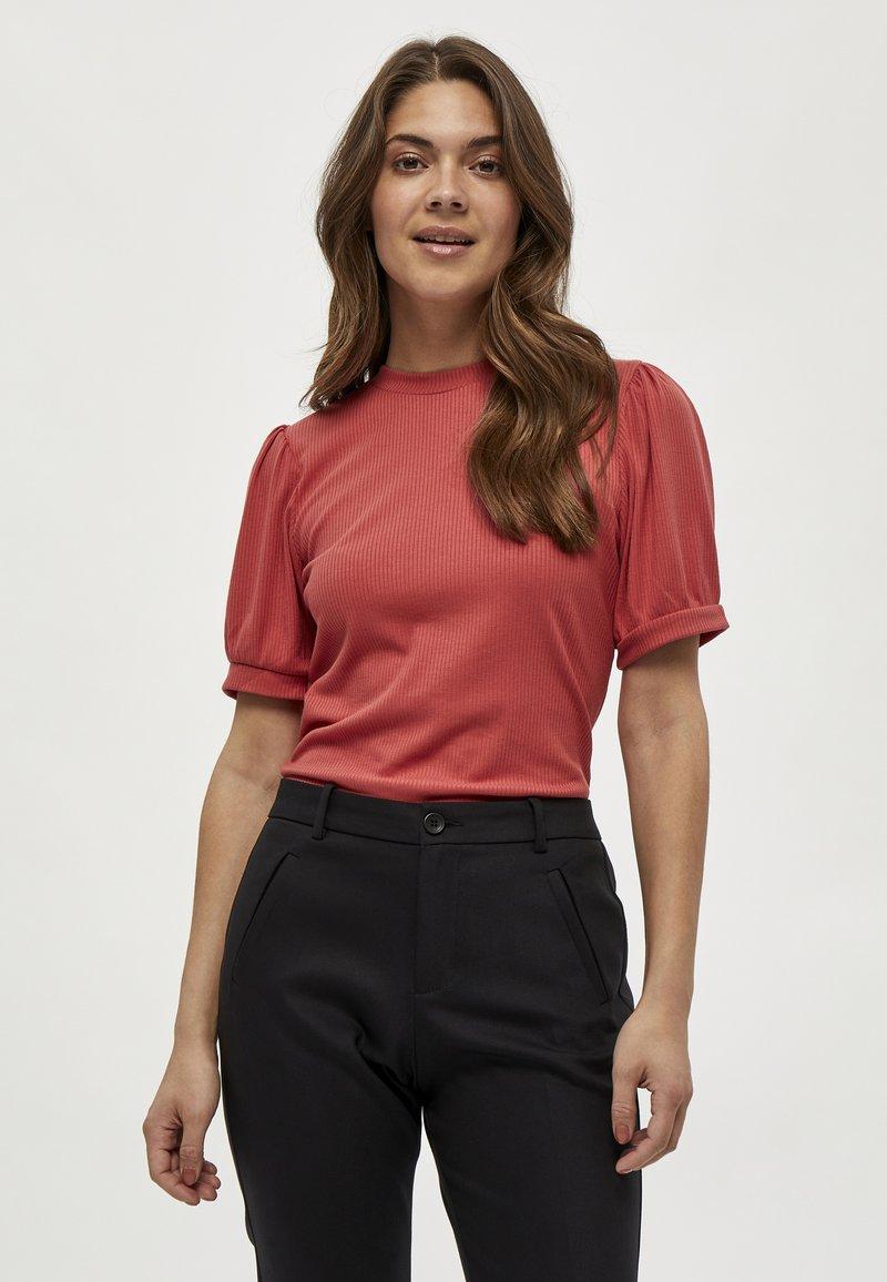 Minus - JOHANNA  - T-shirt basic - berry red