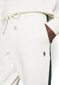 Polo Ralph Lauren - LOOPBACK TERRY PANT ATHLETIC - Pantaloni sportivi - chic cream/college green - 7