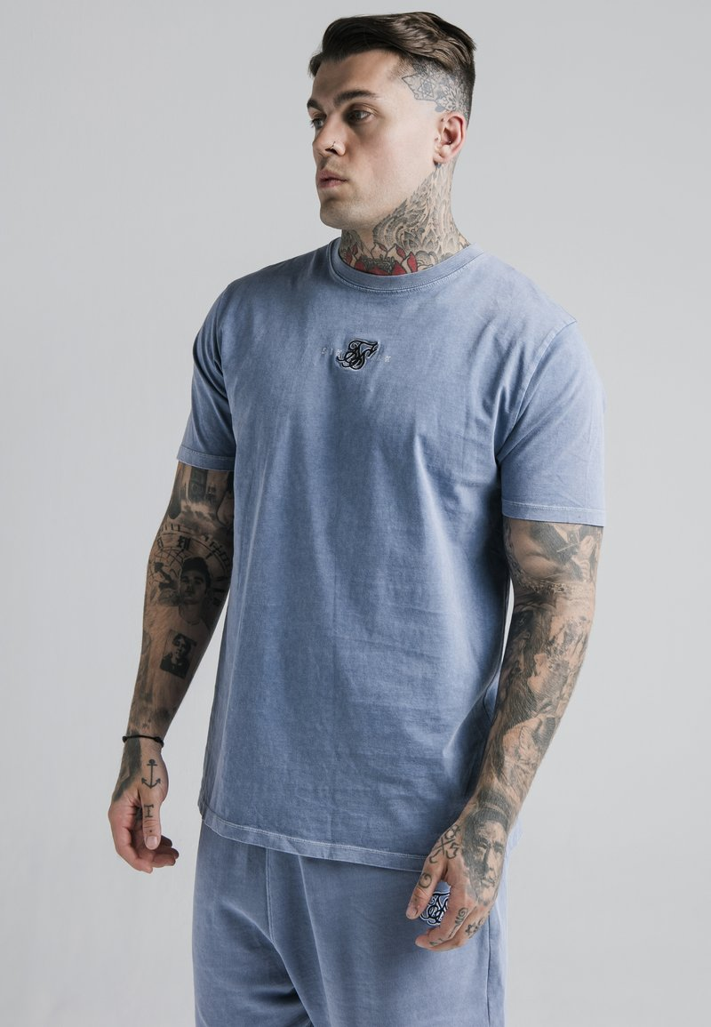 SIKSILK - STANDARD FIT TEE - Triko s potiskem - washed blue