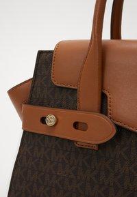 MICHAEL Michael Kors - CARMEN FLAP BELTED SATCHEL - Handbag - brown/acorn - 5