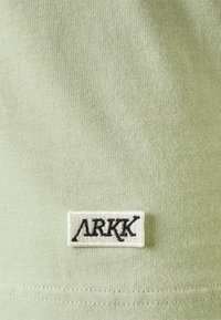 ARKK Copenhagen - BOX LOGO TEE - Basic T-shirt - swamp - 7