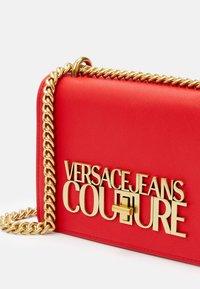 Versace Jeans Couture - SAFFIANO LOCK CROSSBODY - Taška spříčným popruhem - rosso - 5