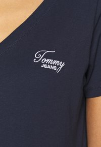 Tommy Jeans - CHEST SIGN OFF V NECK TEE - Basic T-shirt - twilight navy - 5