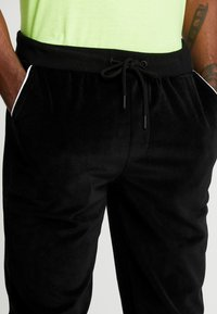 Only & Sons - ONSMTRACK PANTS - Tracksuit bottoms - black - 4