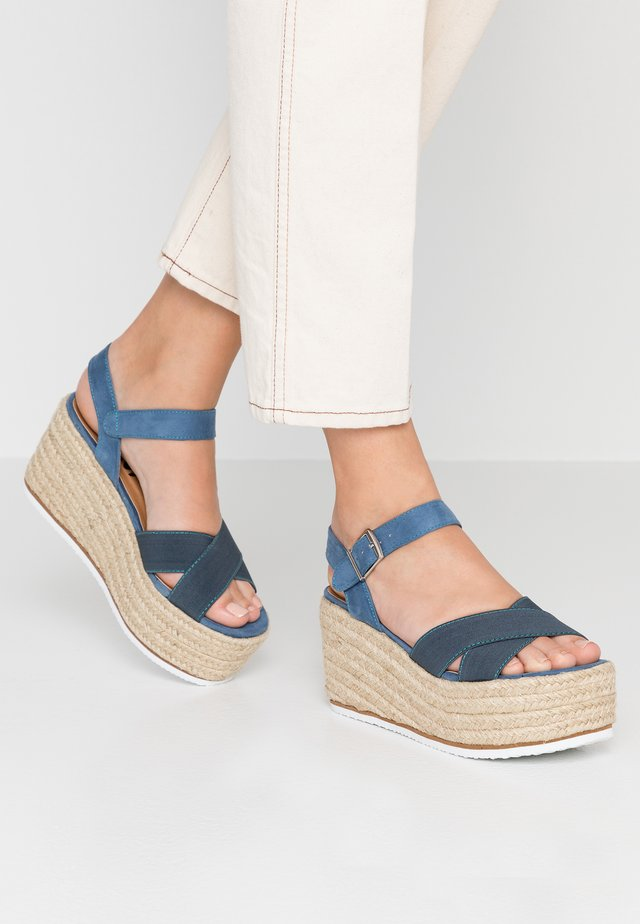 Sandali con tacco - jeans