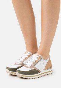 Gabor Comfort - Sneakers laag - weiß/oliv/caramel - 0