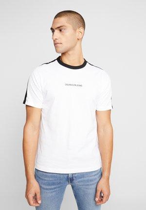 COLOUR BLOCK REGULAR TEE - Print T-shirt - bright white/black