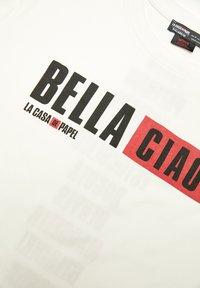 PULL&BEAR - LA CASA DE PAPEL - T-shirt con stampa - white - 3