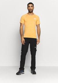 The North Face - IMPENDOR SEAMLESS TEE - T-shirt imprimé - flame orange/white heather - 1