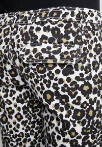 Urban Classics - STRETCH - Shorts - white leo - 5