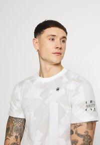 G-Star - TAPE CAMO AOP ROUND SHORT SLEEVE - T-shirt imprimé - cool grey - 3