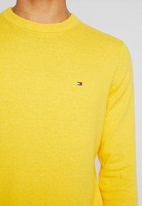 Tommy Hilfiger - PIMA CREW NECK - Stickad tröja - yellow - 5