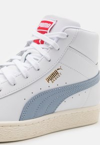 Puma - BASKET MID UNISEX - Sneakers alte - white/forever blue/team gold - 7
