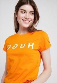 HUGO - DENNA - Triko spotiskem - bright orange - 4