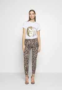 Versace Jeans Couture - T-shirts med print - white/gold - 1