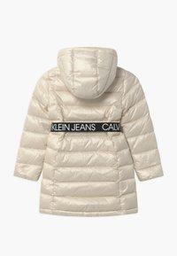 Calvin Klein Jeans - ESSENTIAL LONG - Kabát zprachového peří - off-white - 2
