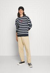 Newport Bay Sailing Club - BOLD HORIZONTAL STRIPE - Sweatshirt - navy/white - 1