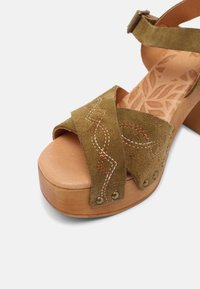mtng - COYOTE - Clogs - kaky - 5