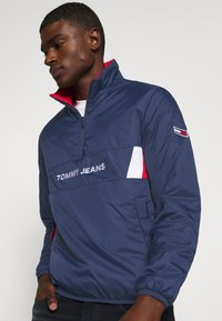 Tommy Jeans - REVERSIBLE RETRO POPOVER - Light jacket - twilight navy - 4