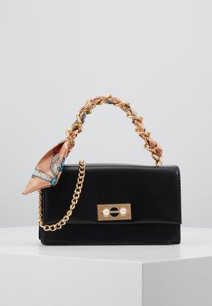 PCSCARLET CROSS BODY - Handbag - black/beige multi