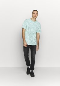 Cayler & Sons - LEAVES WIRES TEE - Print T-shirt - mint - 1