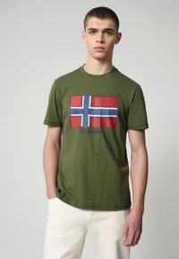 Napapijri - SIROL - T-shirt med print - green cypress - 0