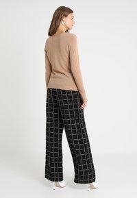 Zalando Essentials - CASHMERE - Sweter - camel - 2