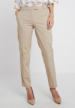 PANTS REGULAR RISE BUT COMFY - Stoffhose - tall teak
