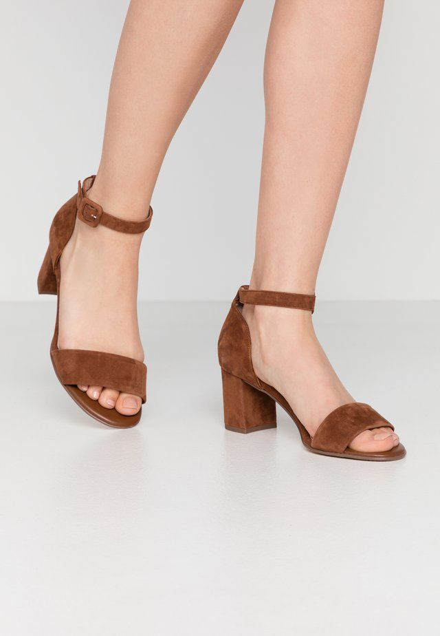 WIDE FIT FLORENTINE - Sandalias - sable