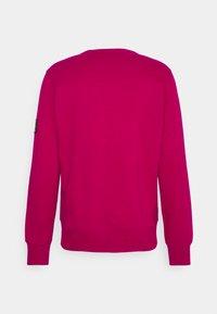 Calvin Klein Jeans - MONOGRAM SLEEVE BADGE - Sweatshirt - cerise - 1