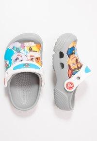 Crocs - FUN LAB NICKELODEON PAW PATROL - Chanclas de baño - light grey - 0