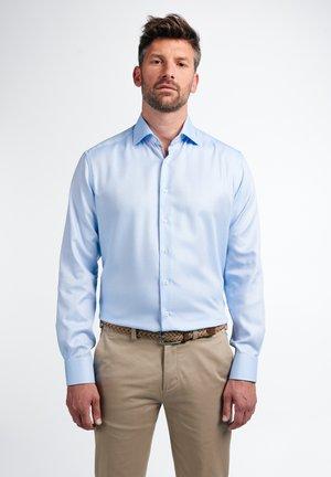 MODERN FIT - Shirt - hellblau