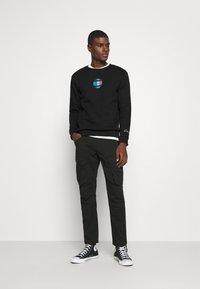 CLOSURE London - GLOBAL CREWNECK - Sweatshirt - black - 1