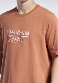 Reebok Classic - VECTOR TEE - T-shirt con stampa - baked earth - 3