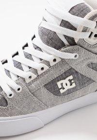 DC Shoes - PURE UNISEX - Skateskor - grey/white - 5