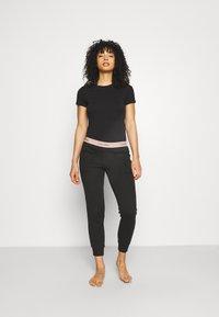 Calvin Klein Underwear - MODERN LOUNGE JOGGER - Pyjama bottoms - black/honey almond - 1