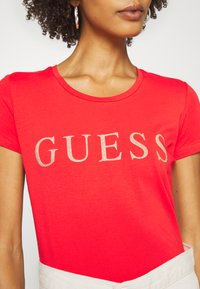 Guess - T-shirts med print - necessary red - 4