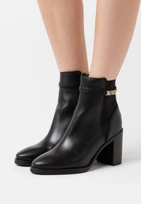 Tommy Hilfiger - BLOCK BRANDING BOOT - High heeled ankle boots - black - 0