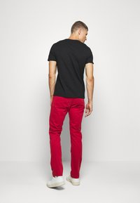Guess - MULTITUDE TEE - T-shirt con stampa - jet black - 2