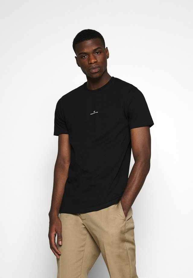 FITTED WITH STACKED BRANDING - T-shirts med print - black