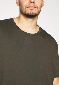 Burton Menswear London - SHORT SLEEVE CREW 3 PACK - T-shirt basic - indigo/burgundy - 6
