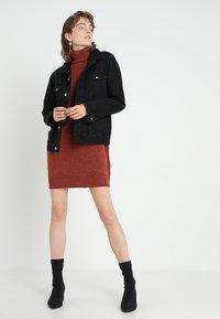 Vero Moda - VMBRILLIANT ROLLNECK DRESS  - Sukienka dzianinowa - ketchup melange - 1
