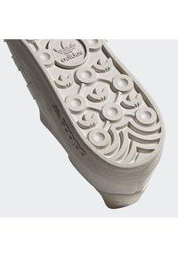adidas Originals - BROOMFIELD - Matalavartiset tennarit - rawwht/cbrown/goldmt - 8