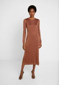 EDITED - GABRIELLA DRESS - Vestido de punto - braun - 0