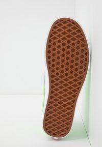Vans - OLD SKOOL UNISEX - Trainers - neon green gecko/true white - 4