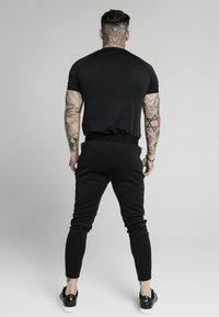 SIKSILK - LEGACY FADE TECH TEE - Camiseta estampada - black/white - 2